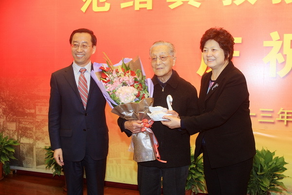 Ma Dexiu and Zhang Jie, on behalf of SJTU faculties and students, presented birthday present and flowers to Prof. Fan Xuji