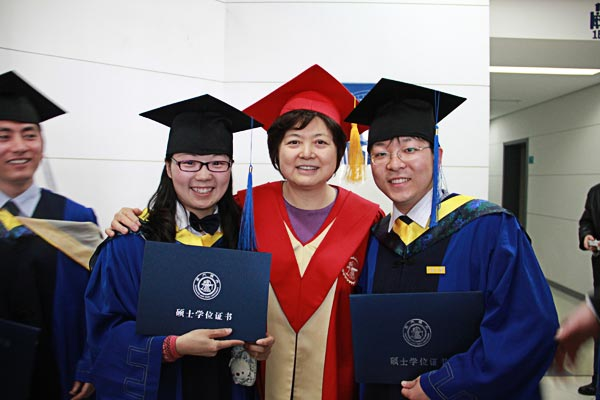 Graduates share happiness with Chairperson of the University Council Ma Dexiu – Photo by Tian Yang, SJTU