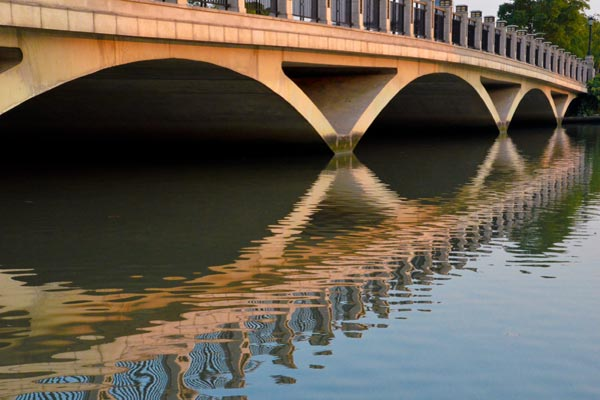 The Double Bridge is like a jade belt arching across the glittering Zhiyuan Lake. – by Yang Zeyu